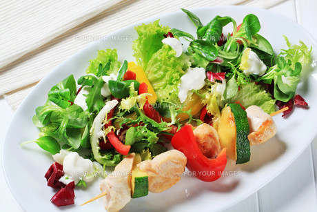 Chicken skewer with salad mixの素材 [FYI00656533]