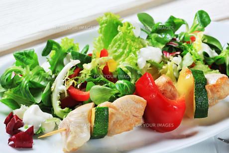 Chicken skewer with salad mixの素材 [FYI00656535]