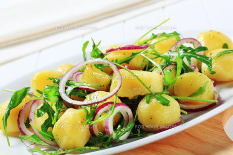 Potatoes with arugula and onionの素材 [FYI00656539]