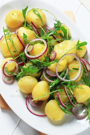 Potatoes with arugula and onionの素材 [FYI00656543]