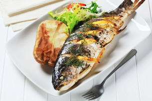 Lemon dill trout with baked potatoの写真素材 [FYI00656546]