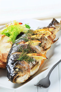 Lemon dill trout with baked potatoの写真素材 [FYI00656549]