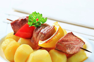 Shish kebab with potatoesの写真素材 [FYI00656554]