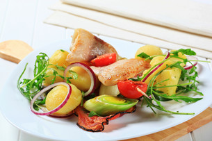 Fish skewer with potato side dishの写真素材 [FYI00656555]
