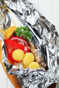 Raw mackerel and vegetablesの写真素材 [FYI00656557]