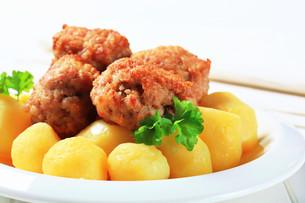 Meatballs with potatoesの写真素材 [FYI00656558]