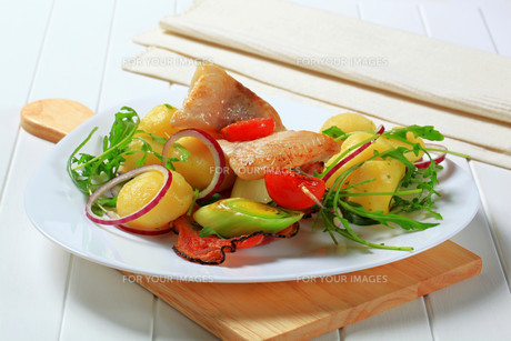 Fish skewer with potato side dishの写真素材 [FYI00656560]