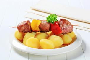 Shish kebab with potatoesの写真素材 [FYI00656564]