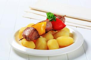 Shish kebab with potatoesの写真素材 [FYI00656566]