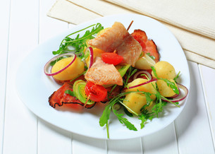 Fish skewer with potato side dishの写真素材 [FYI00656568]