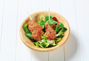 Minced meat kebabs with salad greensの写真素材 [FYI00656573]