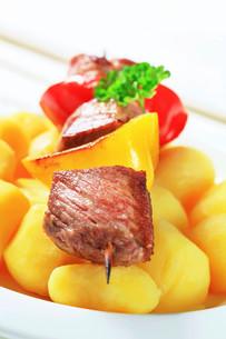 Shish kebab with potatoesの写真素材 [FYI00656574]