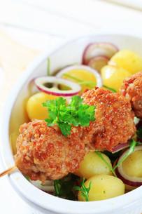 Meatball skewer and potatoesの写真素材 [FYI00656575]