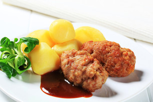Meatballs and potatoesの写真素材 [FYI00656577]