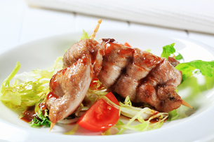 Pork sticks with fresh saladの写真素材 [FYI00656578]