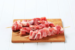 Raw pork skewersの写真素材 [FYI00656579]