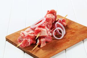 Raw pork skewersの写真素材 [FYI00656580]