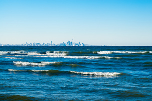 Waves breaking on lake with Toronto skyline in distance.の素材 [FYI00656731]