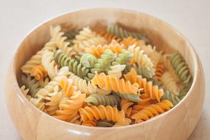 Raw fusilli pasta on wooden bowlの写真素材 [FYI00656748]