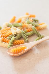 Raw fusilli pasta with wooden spoonの写真素材 [FYI00656749]