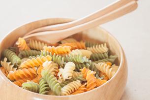 Raw fusilli pasta on wooden bowlの写真素材 [FYI00656757]