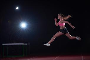 Athletic woman running on trackの素材 [FYI00656804]