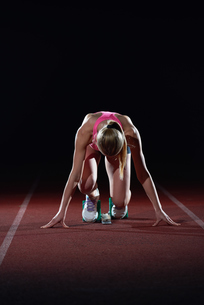 woman  sprinter leaving starting blocksの写真素材 [FYI00656807]