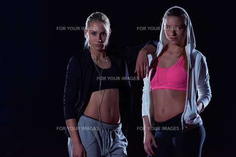 sporty woman on athletic race trackの素材 [FYI00656808]