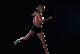 Athletic woman running on trackの写真素材 [FYI00656814]