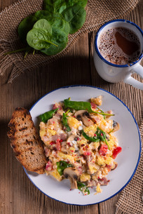 scrambled eggs with tomatoes and spinachの写真素材 [FYI00656838]