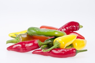 heap of colorful raw chili pepper  on white backgroundの写真素材 [FYI00656973]