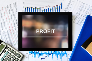 financial profit word on tabletの写真素材 [FYI00657010]