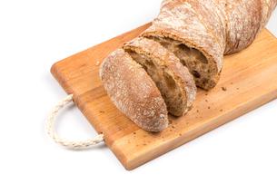 sliced bread on cutting boardの写真素材 [FYI00657043]