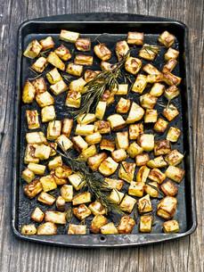 tray of rustic rosemary roasted potatoの写真素材 [FYI00657095]