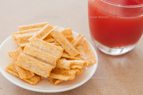 Snack on white plate with fruit punchの写真素材 [FYI00657097]