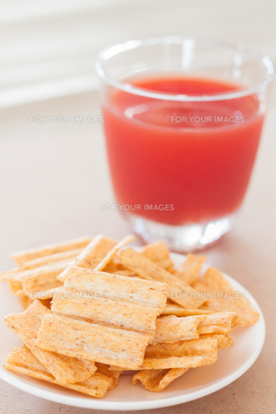 Snack on white plate with fruit punchの写真素材 [FYI00657099]