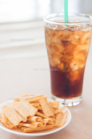 Snack on white plate with a glass of colaの写真素材 [FYI00657100]