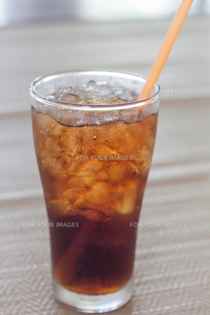A glass of cola with iceの写真素材 [FYI00657101]