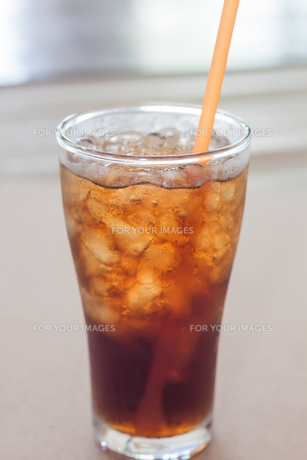 A glass of cola with iceの写真素材 [FYI00657102]