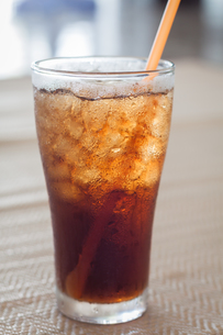 A glass of cola with iceの写真素材 [FYI00657105]