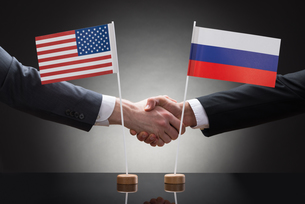 Businesspeople Shaking Hands With Us And Russia Flagsの写真素材 [FYI00657120]