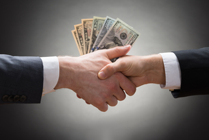 Businesspeople Hands With Moneyの写真素材 [FYI00657121]