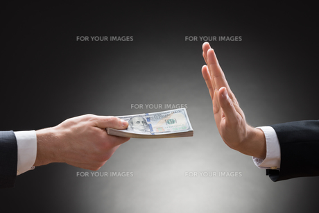 Businessman Hand Rejecting An Offer Of Moneyの素材 [FYI00657122]