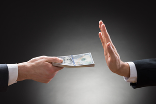 Businessman Hand Rejecting An Offer Of Moneyの写真素材 [FYI00657122]