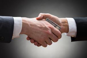 Businesspeople Hands With Moneyの写真素材 [FYI00657123]
