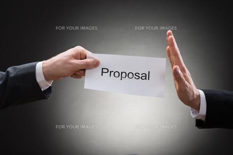 Close-up Of Man's Hand Refusing Proposal Signの素材 [FYI00657154]