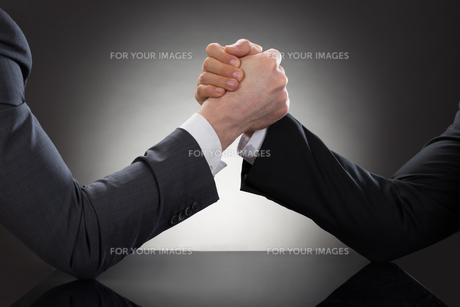 Two Businessman Arm Wrestlingの写真素材 [FYI00657175]