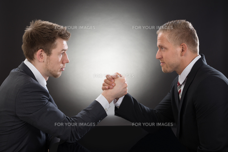 Two Young Businessman Arm Wrestlingの写真素材 [FYI00657178]