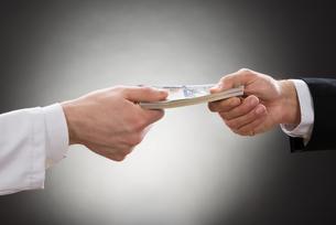 Businessman Giving Money To Doctorの写真素材 [FYI00657184]