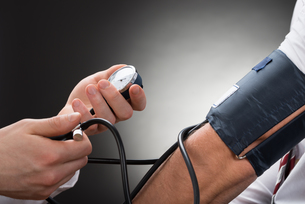 Doctor Checking Blood Pressure Of A Patientの写真素材 [FYI00657193]